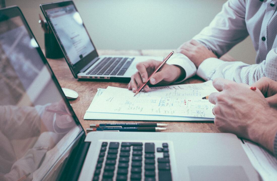 Bild von zwei Mitarbeitern am Laptop